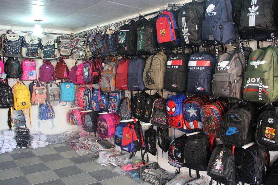 Göyçay bazarında məktəb çantaları 5 manatdan başlayaraq alıcılara təklif olunur – FOTO