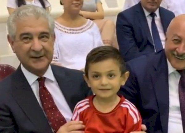 Baş Nazirin müavini Əli Əhmədov balaca futbol azarkeşi ilə futbol oynadı-VİDEO