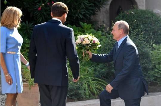 Putin Makronun arvadına tərif yağdırdı – VİDEO