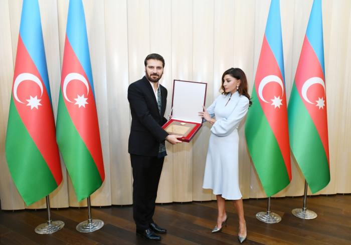 Mehriban Əliyeva Sami Yusufa Prezidentin fəxri diplomunu təqdim etdi - FOTO