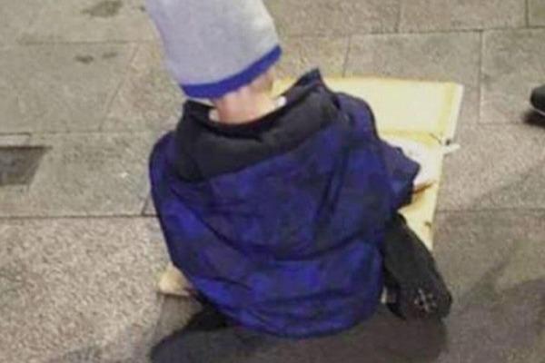 Ürəkparçalayan kadr: uşaq küçədə acından karton yeyir – FOTO