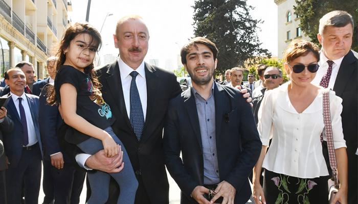 Prezident İlham Əliyev və birinci xanım Mehriban Əliyeva sakinlərlə görüşdülər