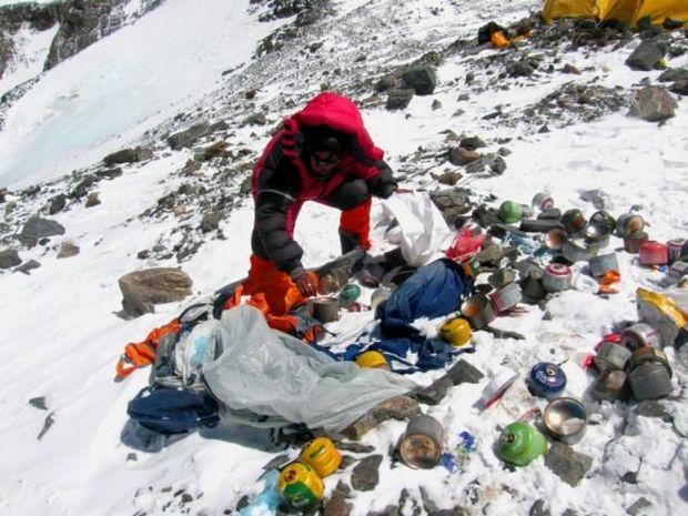 Everestin zirvəsindən 11 ton zibil yığıldı, dörd meyit tapıldı – VİDEO